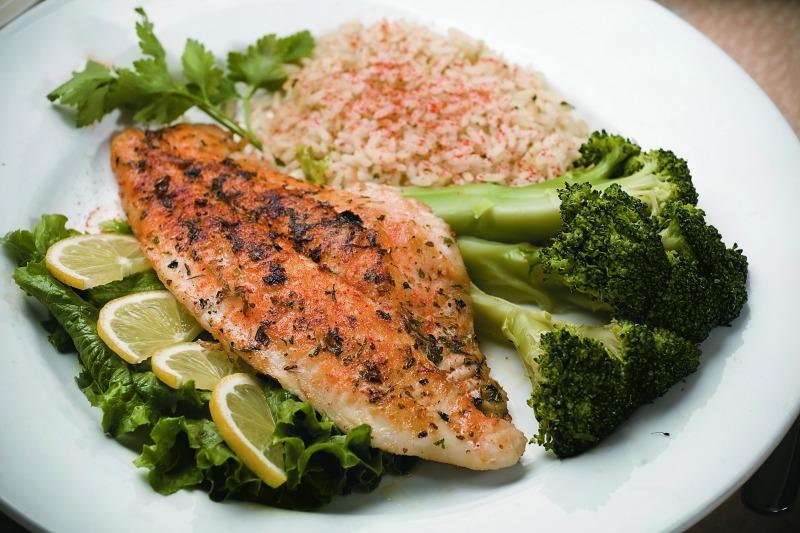 El grill en un microondas también permite cocinar carnes y pescados