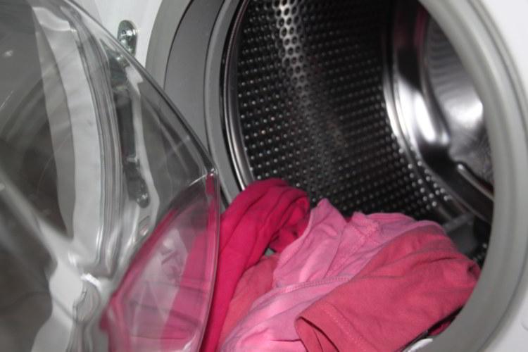 Limpiar la goma de la lavadora evita la aparición de moho
