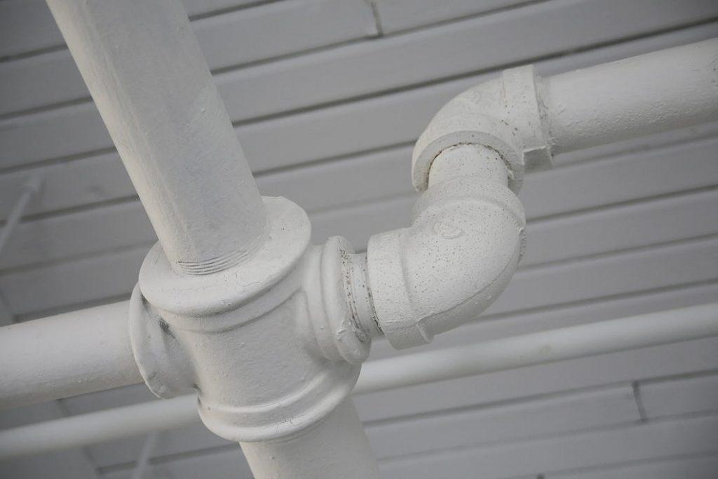 Coloca el termo eléctrico en un lugar cercano de las tuberías