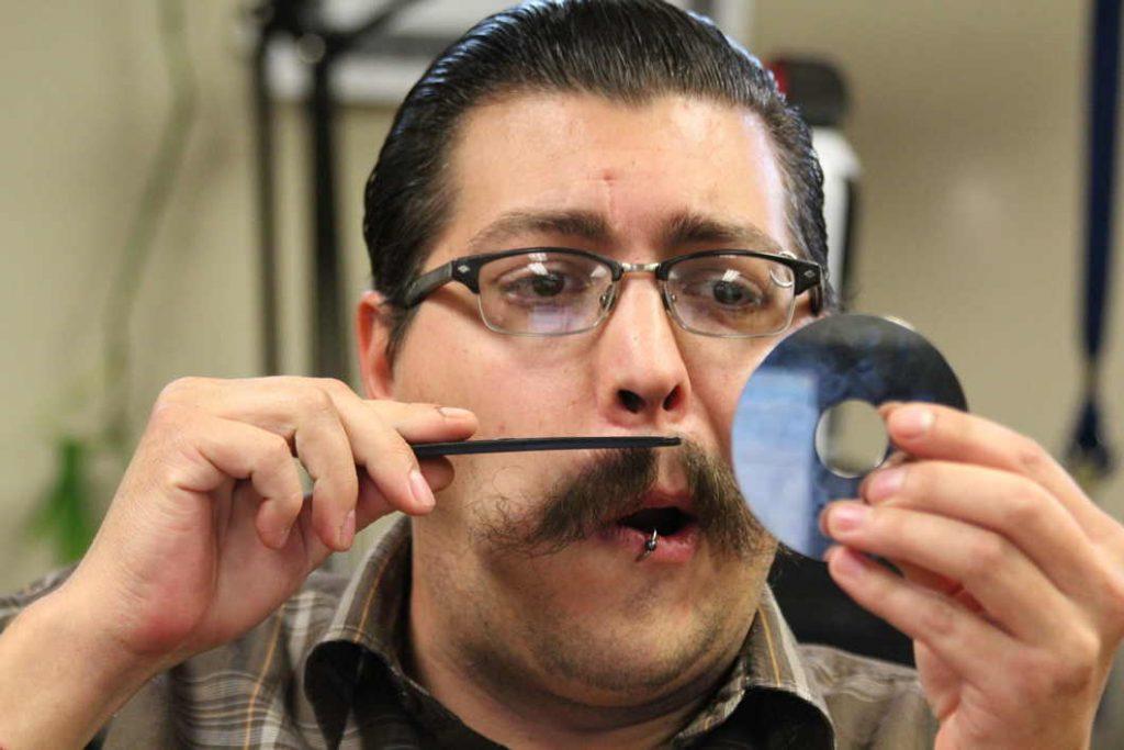 Arreglando el bigote con la afeitadora recortadora