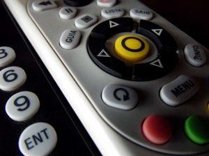 El mando de la Smart TV permite navegar por ella
