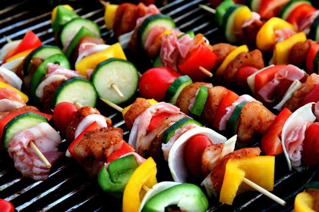 hacer una barbacoa con carne y verdura