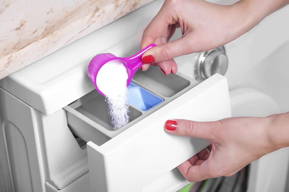 colocar el detergente, el suavizante y la lejía