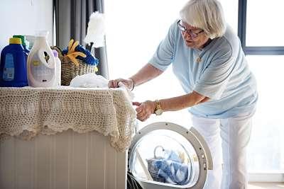 Mujer mayor haciendo la colada