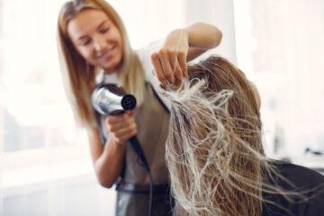 Peluquera secando el pelo